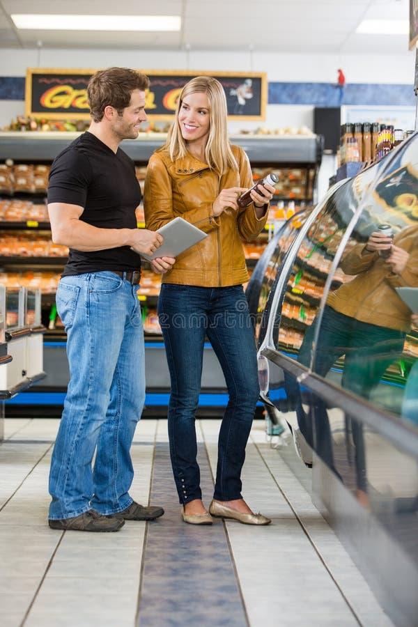 Par som kontrollerar ingredienser av produkten på royaltyfria bilder