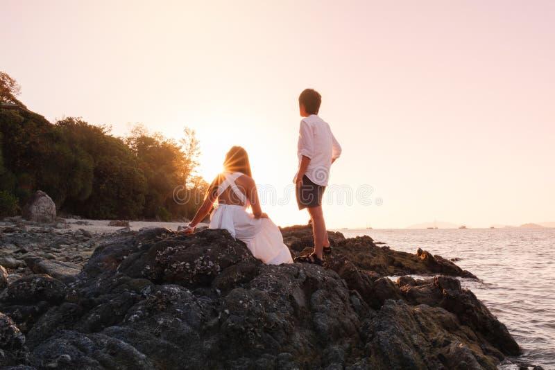 Par som kopplar av den härliga solnedgången på Koh Lipe Beach Thailand, sommarsemester arkivbilder