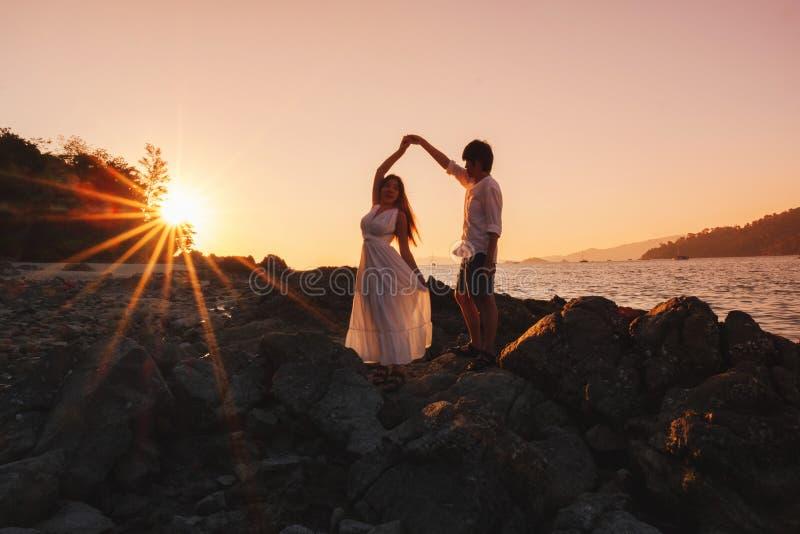 Par som kopplar av den härliga solnedgången på Koh Lipe Beach Thailand, sommarsemester arkivbild