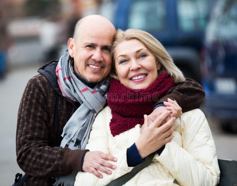 Par som kopplar av under stad, går arkivfoton