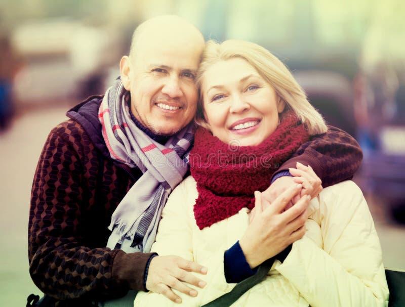 Par som kopplar av under stad, går royaltyfri fotografi