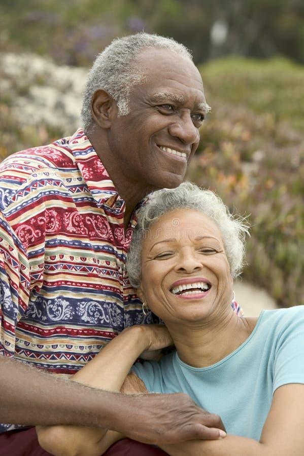 par som kopplar av utomhus pensionären royaltyfri bild