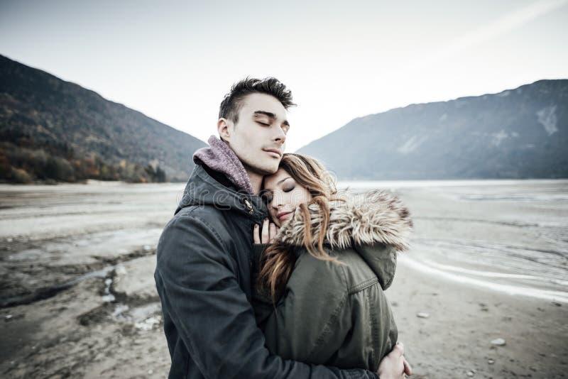 par som kramar att älska arkivbilder