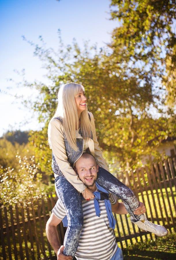 par som kramar förälskelse royaltyfri foto