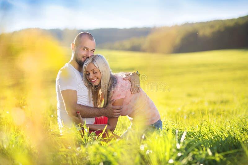 par som kramar förälskelse arkivbild