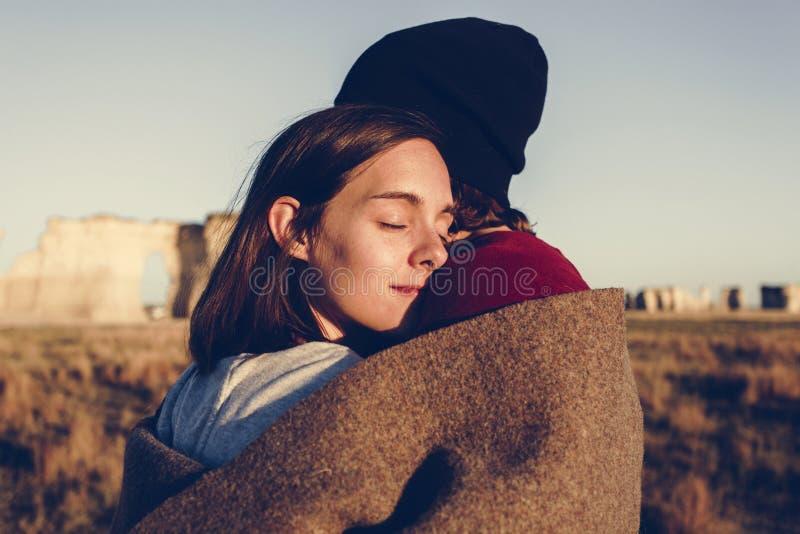 Par som kramar i vildmarken royaltyfri fotografi