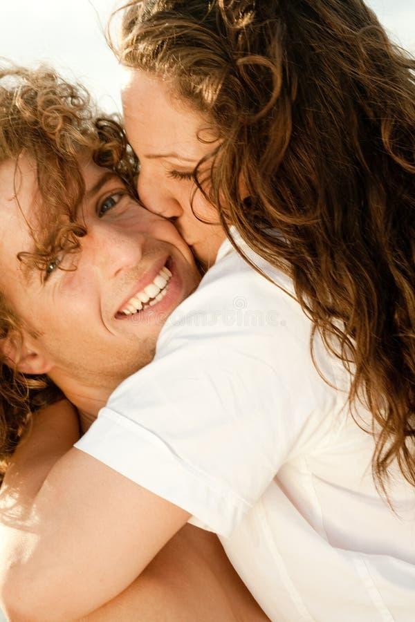 par som kramar kyssande barn royaltyfria bilder