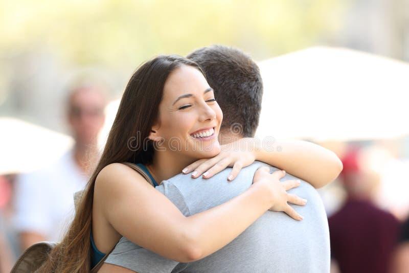 Par som kramar på gatan efter möte royaltyfri foto