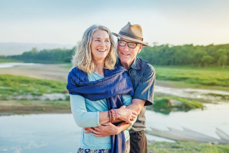 par som kramar pensionären fotografering för bildbyråer