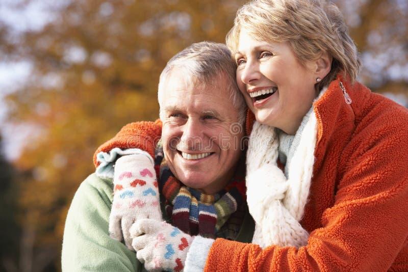 par som kramar ståendepensionären arkivfoton