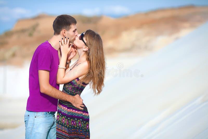 Par som kysser i öknen arkivfoton