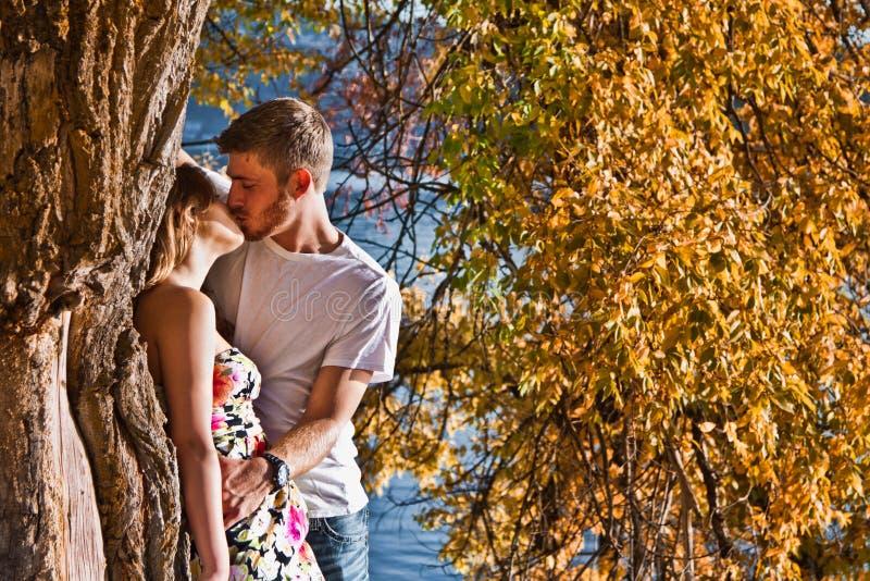 Par som kysser i höst royaltyfria bilder