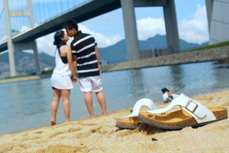 Par som kysser sig arkivfoton