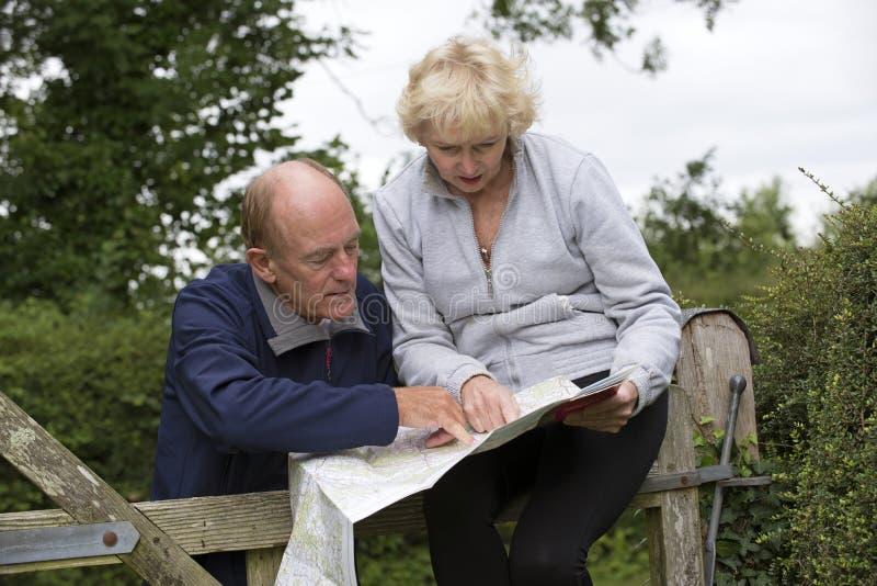 Par som läser en översikt i bygden royaltyfri fotografi