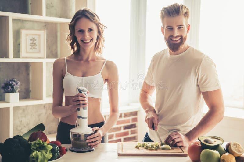 Par som lagar mat sund mat arkivbild