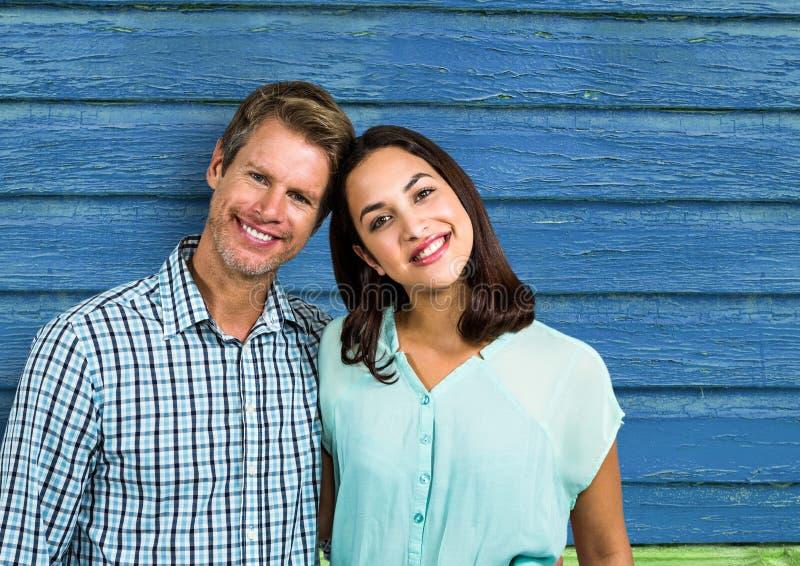 par som ler med blå wood bakgrund royaltyfri foto