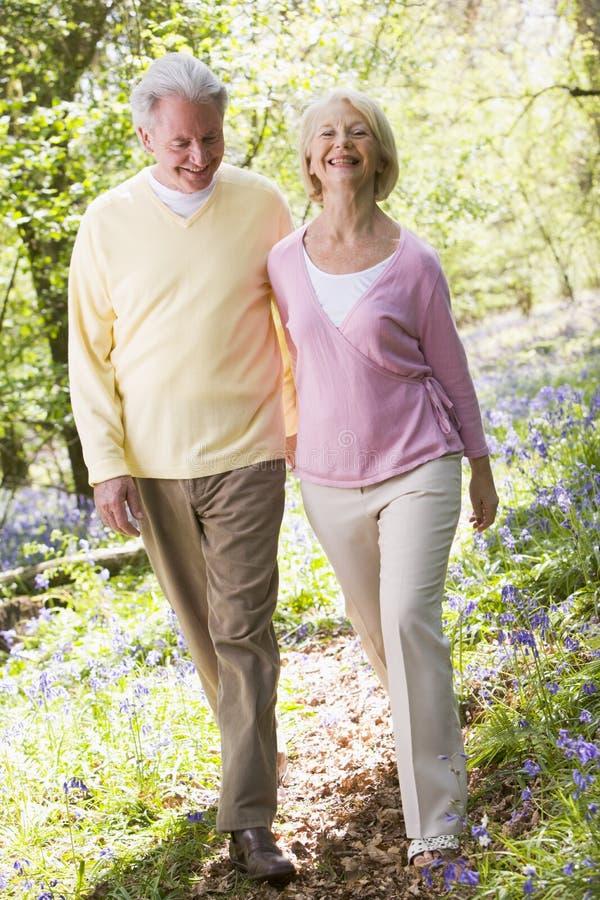 par som ler utomhus att gå royaltyfria foton