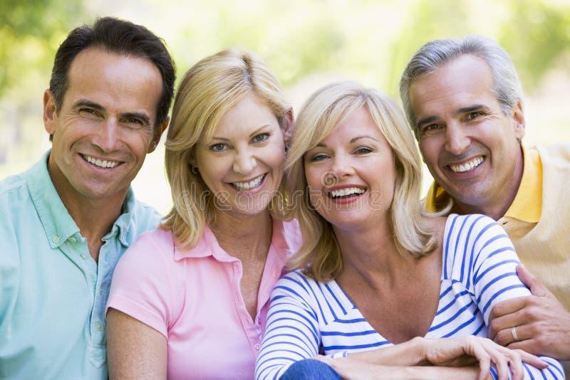 par som ler utomhus två royaltyfri foto