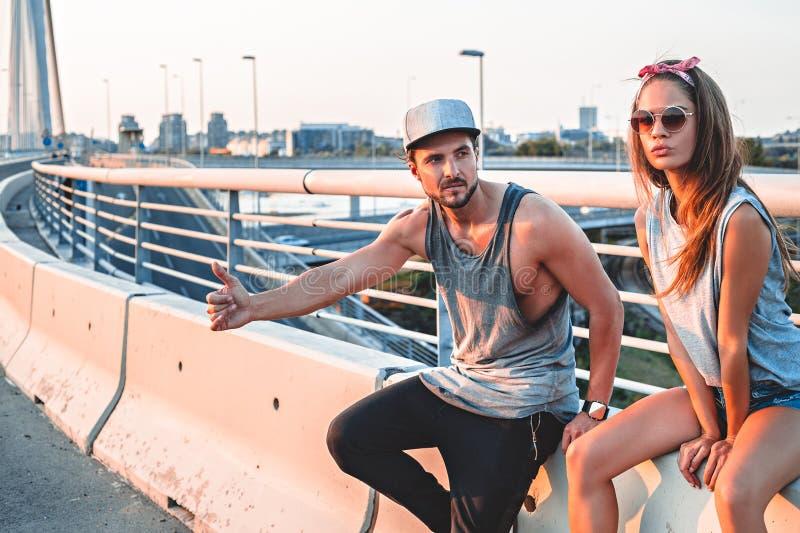 Par som liftar och inte talar royaltyfri bild