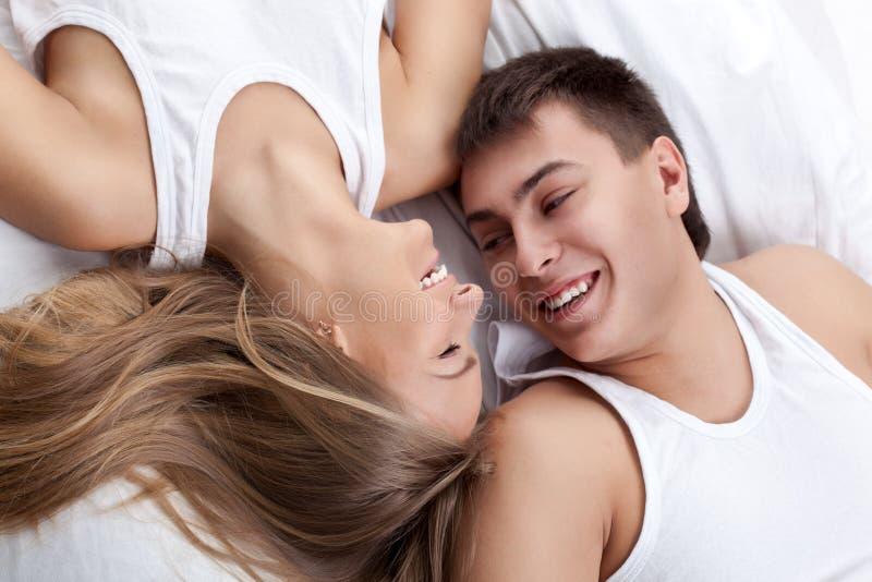 Par som ligger på det vita underlaget royaltyfria bilder