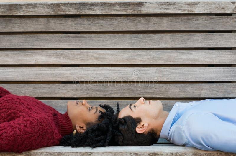 Par som ligger på tillbaka och att tänka arkivbild