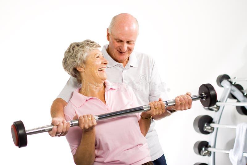 par som lyfter mogna äldre vikter fotografering för bildbyråer