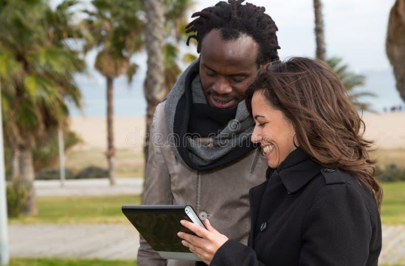 Par som lyssnar till musik arkivfoto