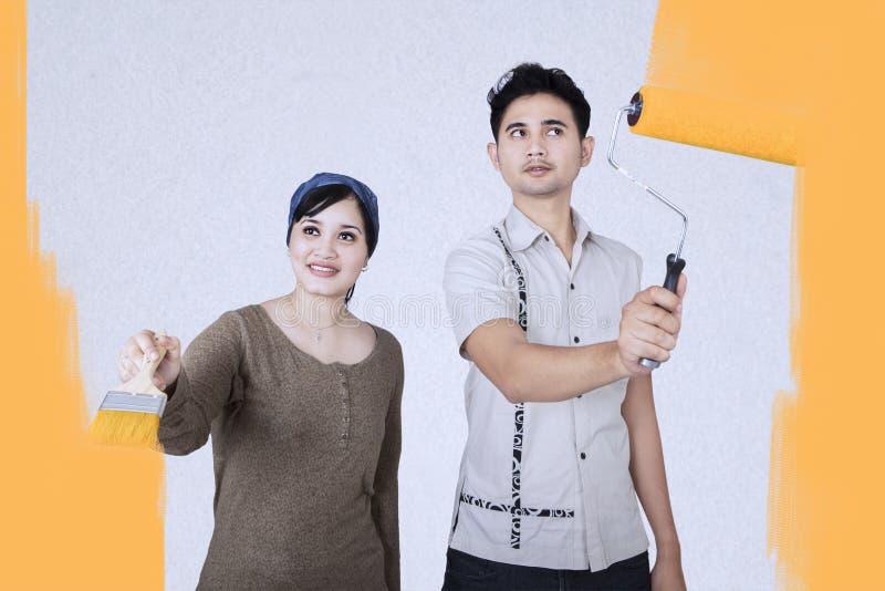 Par som målar deras nya hem arkivbilder
