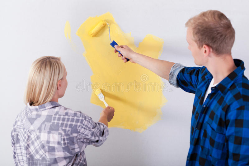 Par som målar ett rum royaltyfri fotografi