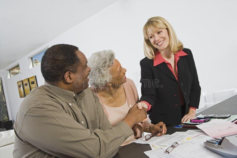 Par som möter den finansiella rådgivaren arkivfoto