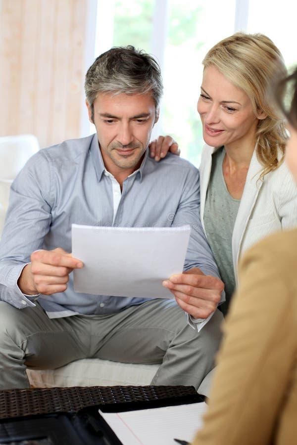 Par som möter den finansiella rådgivaren arkivbilder