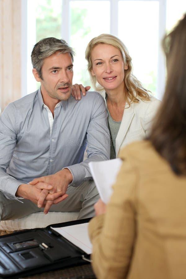 Par som möter den finansiella rådgivaren arkivfoton