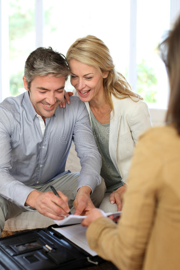 Par som möter den finansiella rådgivaren arkivbild