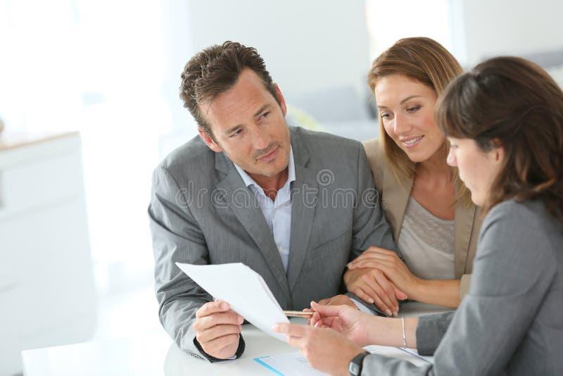 Par som möter den finansiella rådgivaren royaltyfri fotografi