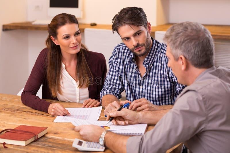 Par som möter den finansiella rådgivaren royaltyfria bilder