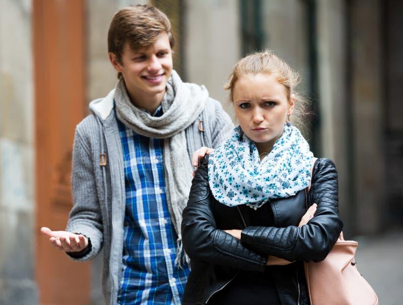 Par som möts på gatan fotografering för bildbyråer