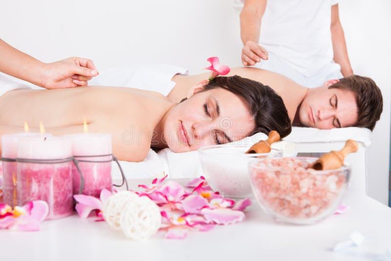 Par som mottar en akupunkturbehandling arkivfoto