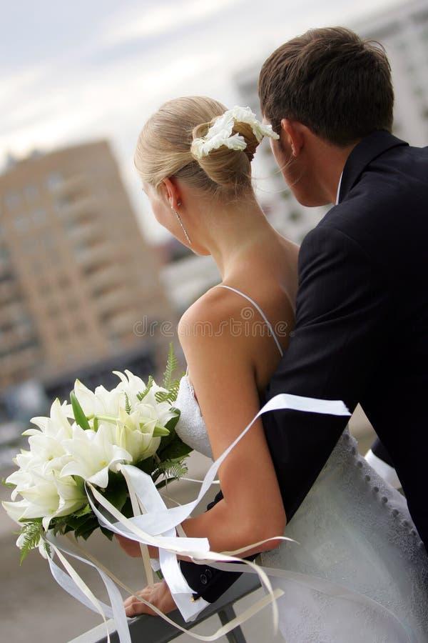 par som omfamnar nygift person royaltyfria bilder