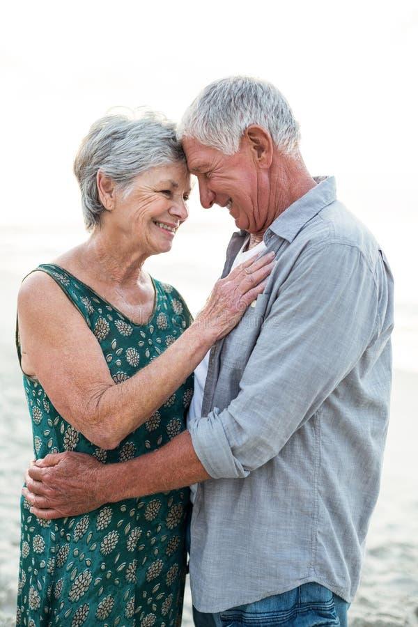 par som omfamnar pensionären royaltyfria foton