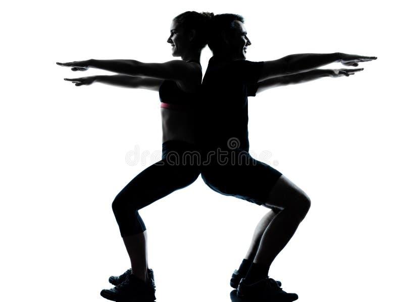 par som övar genomkörare för kvinna för konditionman en arkivfoto