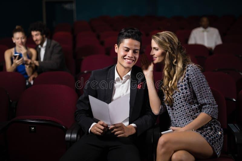 Par som påverkar varandra i teater fotografering för bildbyråer