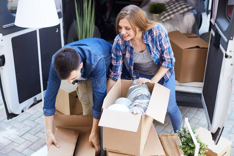Par som packar upp askar för inflyttning royaltyfri bild