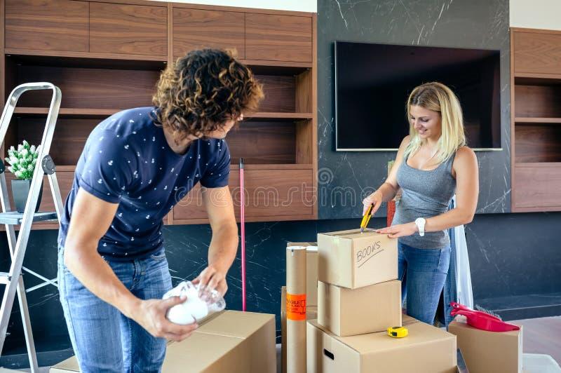 Par som packar upp flyttande askar royaltyfria foton