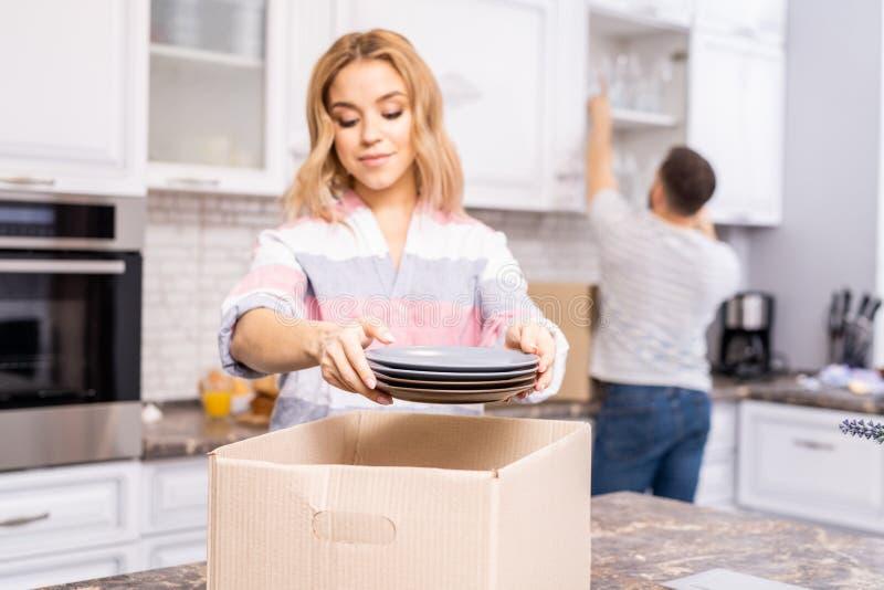 Par som packar upp i kök arkivfoton