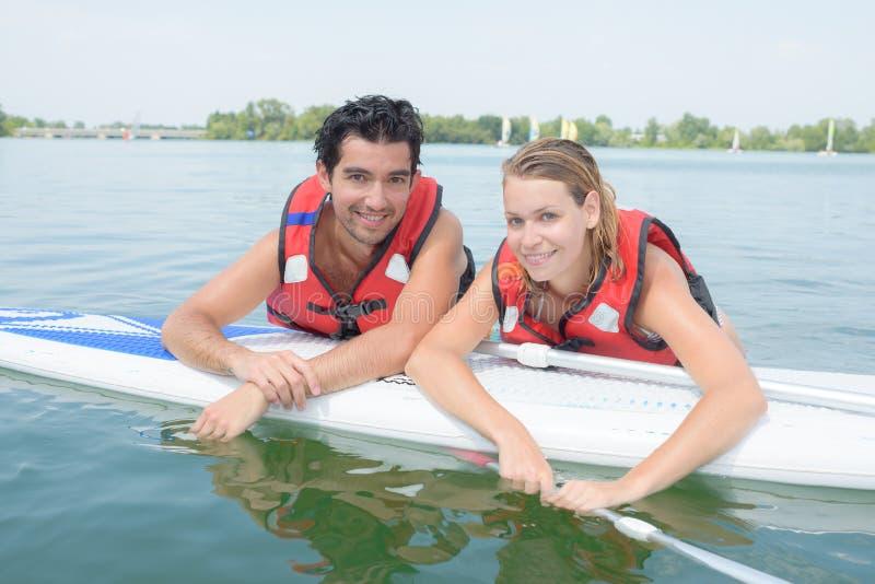 Par som paddlar på semester royaltyfria bilder