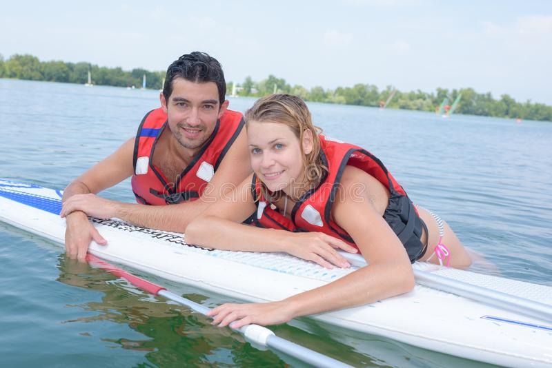 Par som paddlar på semester arkivbild