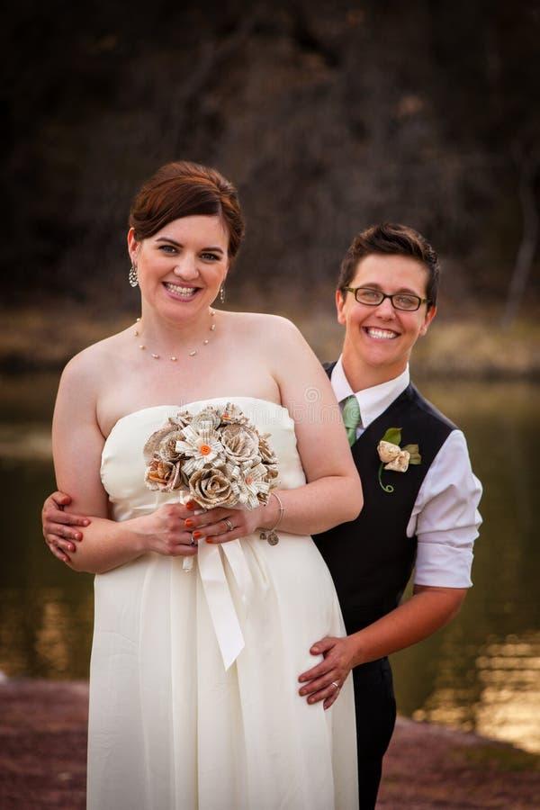 Par som poserar för borgerlig union royaltyfria bilder