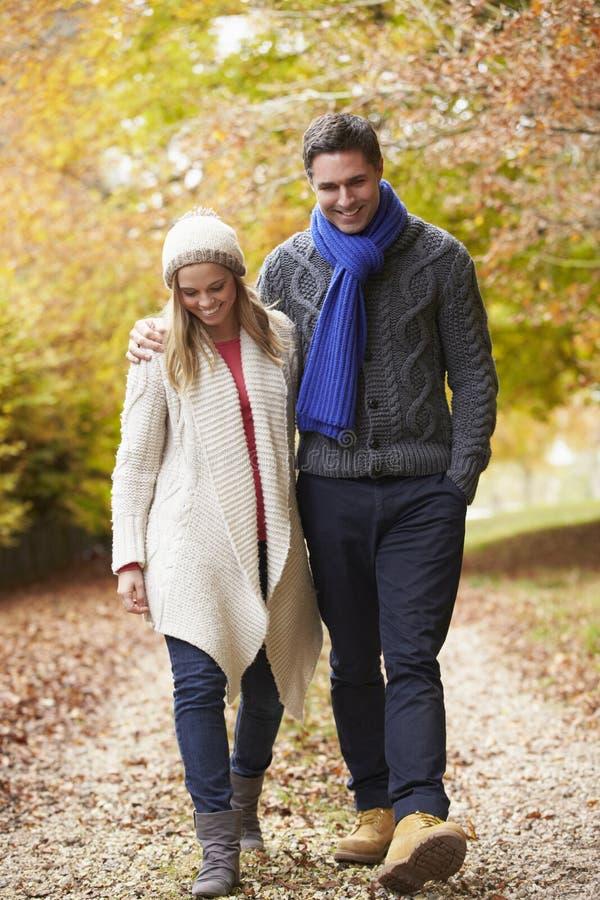 Par som promenerar Autumn Path arkivfoton
