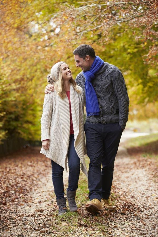 Par som promenerar Autumn Path royaltyfri fotografi