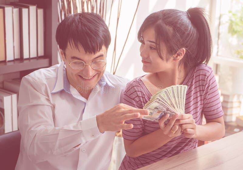 Par som räknar pengar som får rika i familjeföretag fotografering för bildbyråer